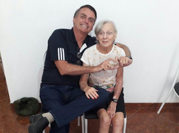 Jair Bolsonaro posa junto con su madre, Olinda, de 91 años. Foto: Facebook / Jair Messias Bolsonaro