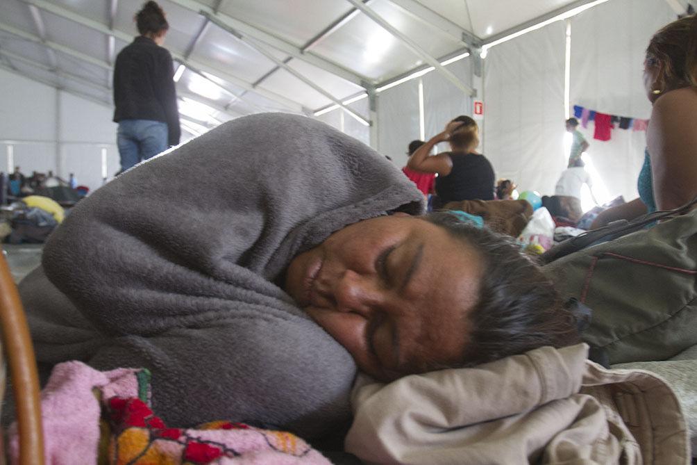 Una mujer hondureña de la caravana migrante descansa en México. Foto cortesía de BoldAgencia Digital / Flickr