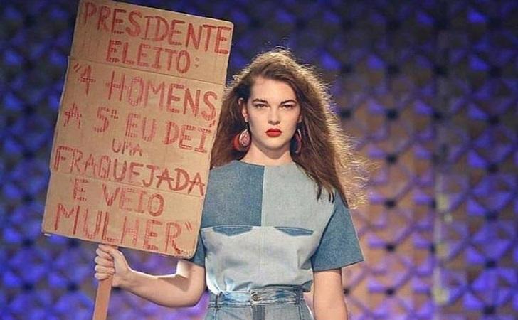 Marca brasileña realiza su desfile con protestas contra racismo, misoginia y homofobia de Bolsonaro.