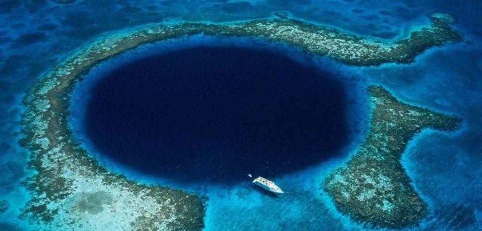 La Fosa de las Marianas está ubicada en el Océano Pacífico Occidental, al sureste de las Islas Marianas, cerca de Guam y Filipinas.