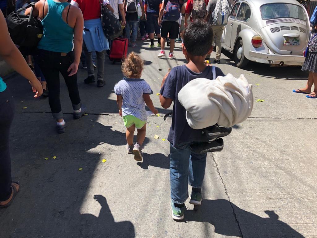 Cientos de niños viajan con sus padres en la caravana migrante que camina hacia Estados Unidos. Foto: UNICEF México