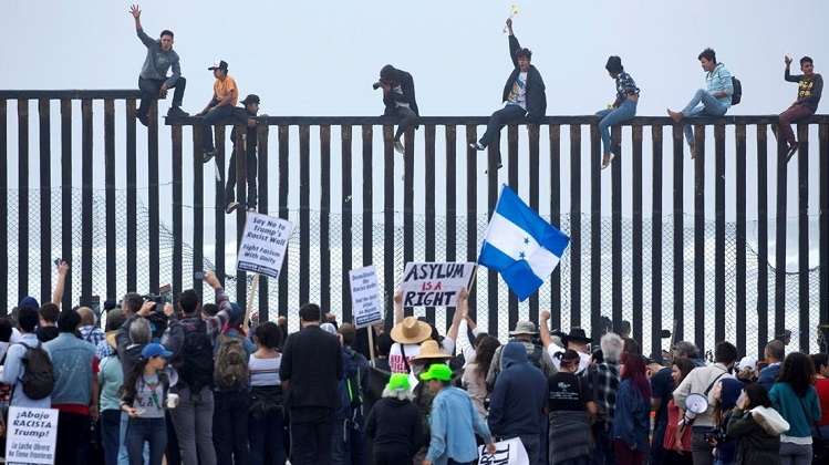 México entrega visas humanitarias a migrantes y Trump insiste con el muro