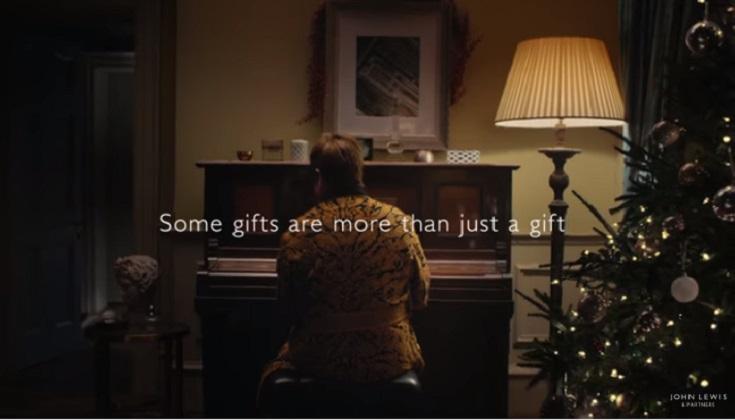 Elton John protagoniza un emotivo anuncio navideño .