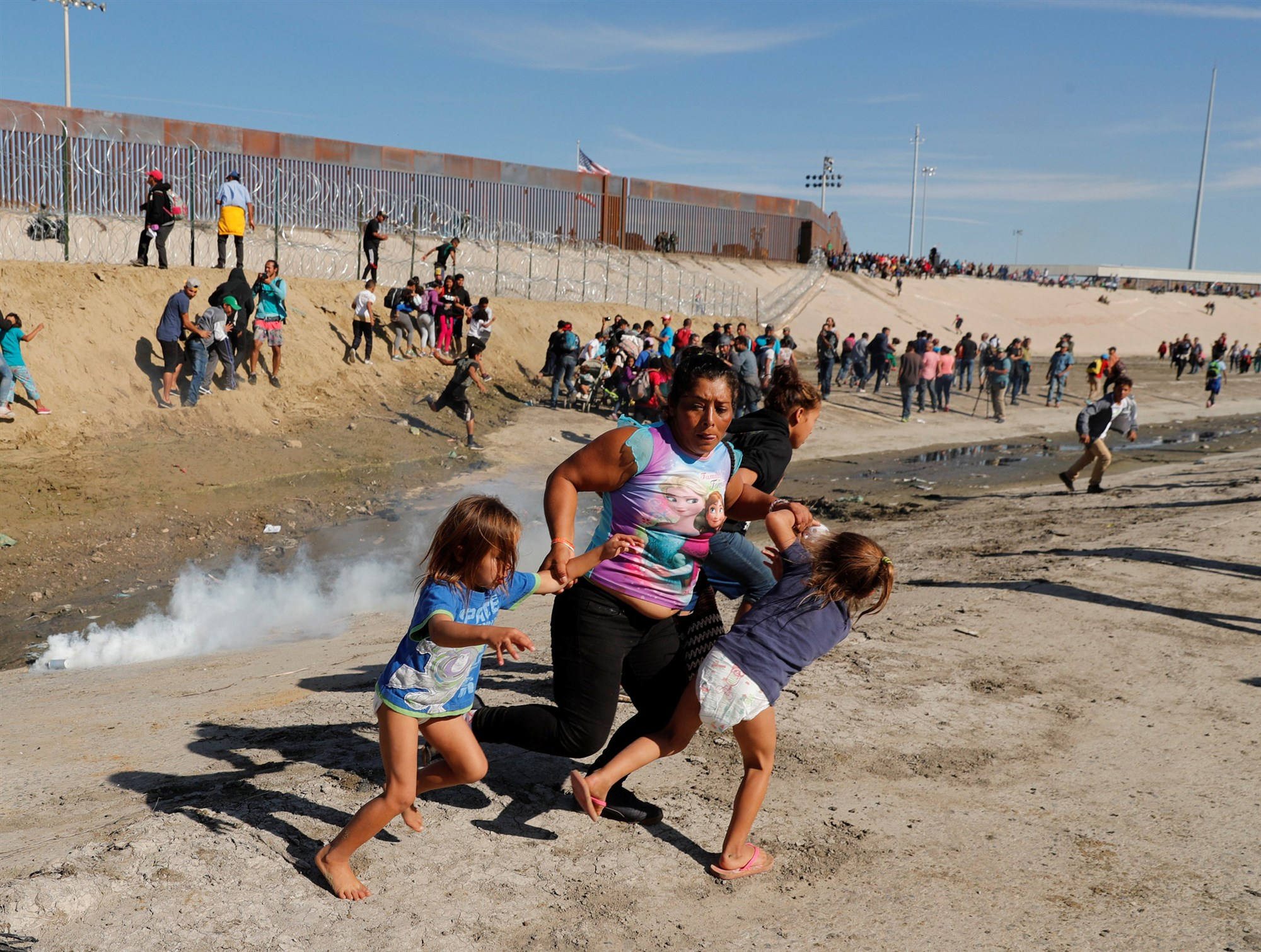 Kim Kyung-Hoon, fotgrafo de Reuters, tom este domingo una foto de Mara Lila Meza Castro, una madre hondurea, y sus dos hijas.