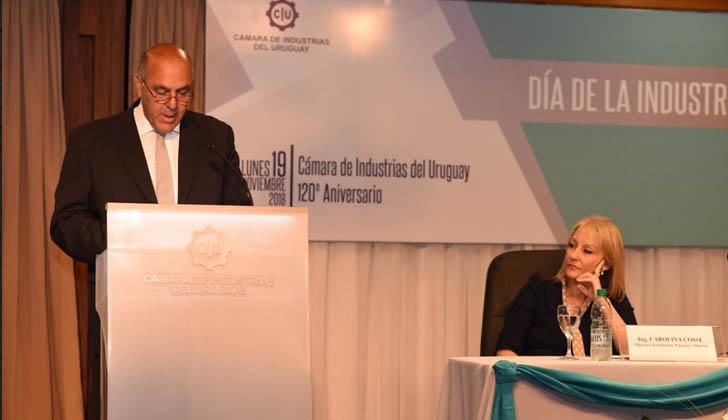 Presidente de la Cámara de Industrias del Uruguay (CIU), Gabriel Murara, junto a la ministra de Industria, Carolina Cosse.