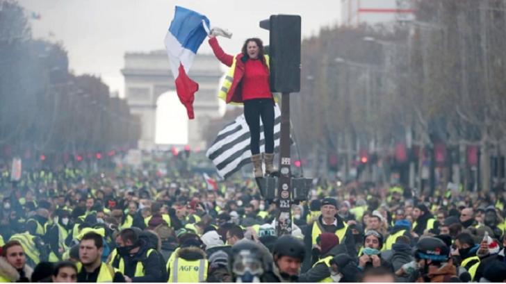 Chalecos amarillos convierten París en un campo de batalla | FOTOS