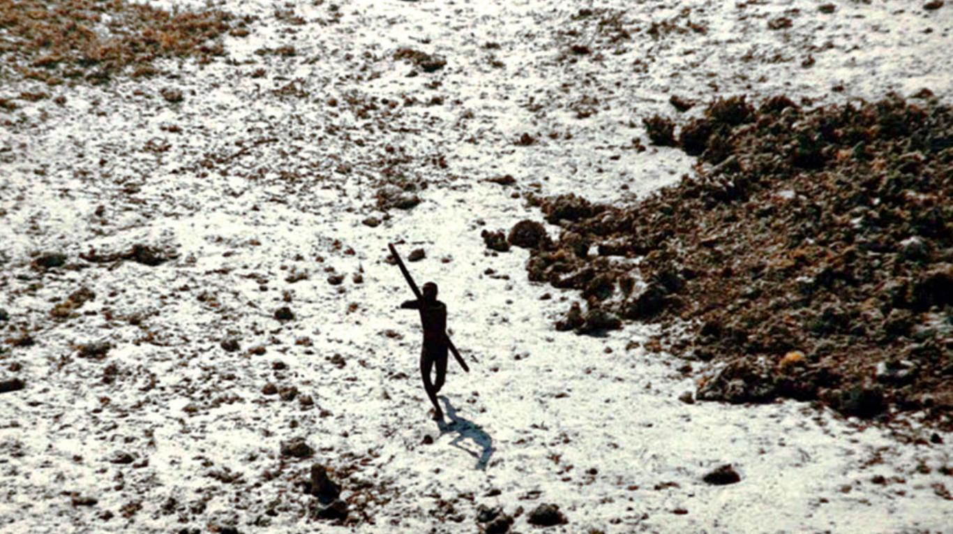 Un indígena sentinel dispara una flecha a un helicóptero de la guardia costera india