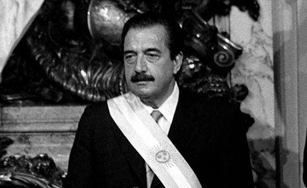 Raúl Alfonsín con la banda presidencial. Foto de archivo