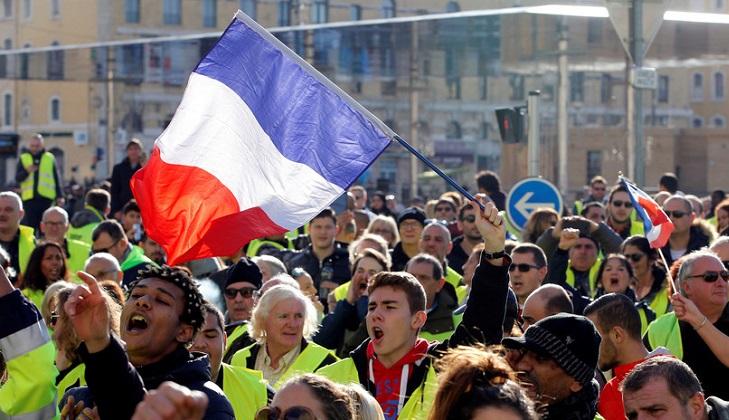 """Francia suspende la suba de los combustibles ante las protestas de los """"chalecos amarillos""""."""