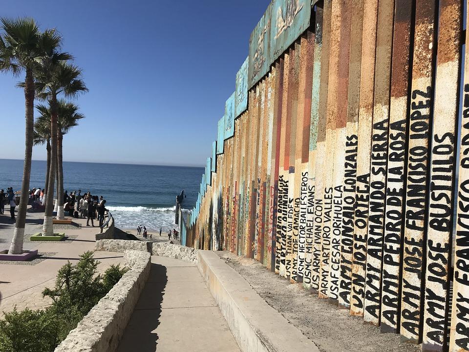 """Parte del muro fronterizo existente hace años a la altura de Tijuana, México. En él están escritos los nombres de migrantes que han muerto intentando llegar al """"sueño americano. Foto: Pixabay"""