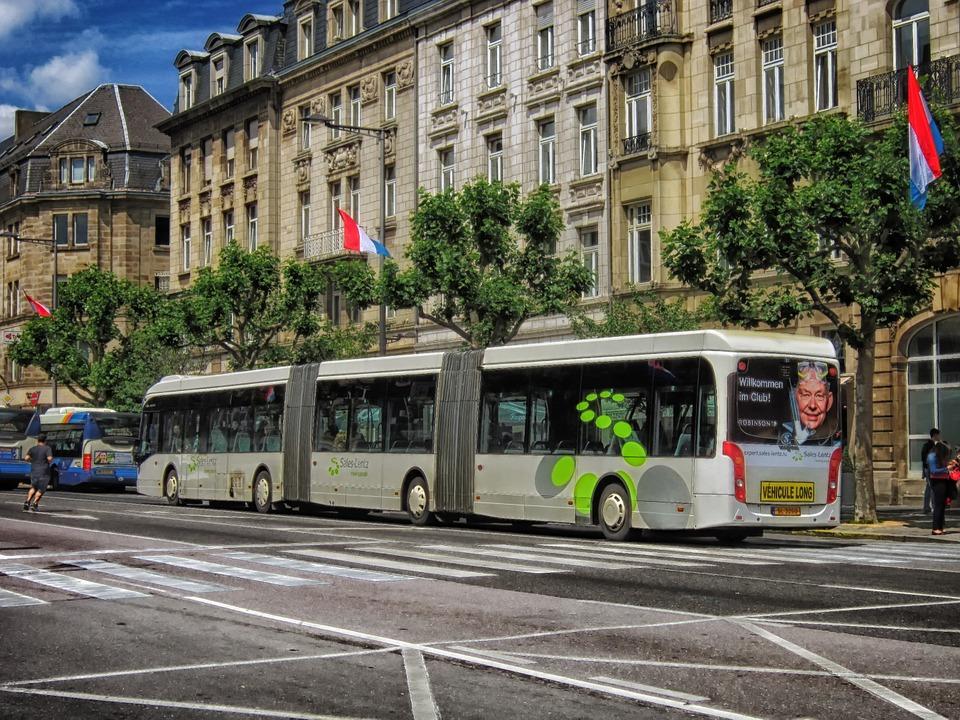 Un autobús articulado circula por el centro de Luxemburgo. Foto: Pixabay