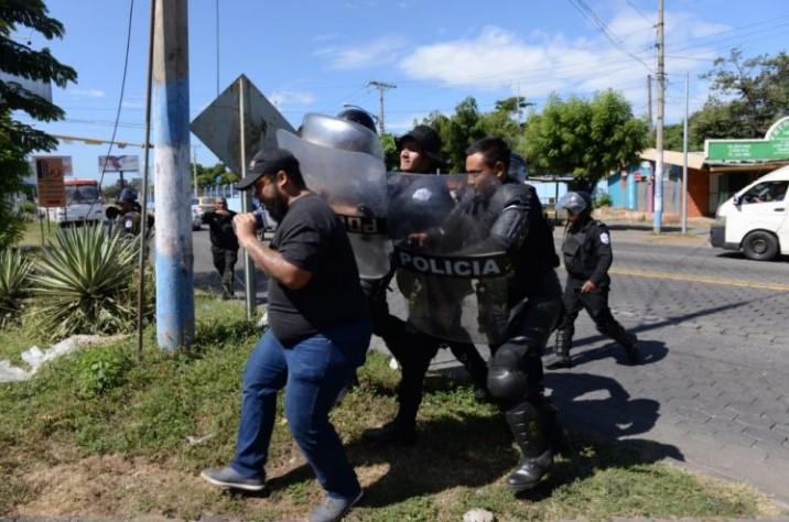 Policías antimotines nicaragüenses agreden a periodista Néstor Arce, del medio local El Confidencial. Foto cortesía de La Prensa de Nicaragua