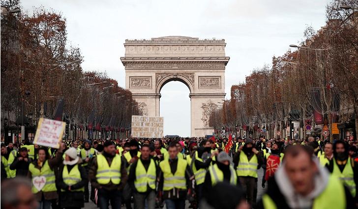 """Cuarta jornada de intensas protestas de los """"chalecos amarillos"""" en París ."""
