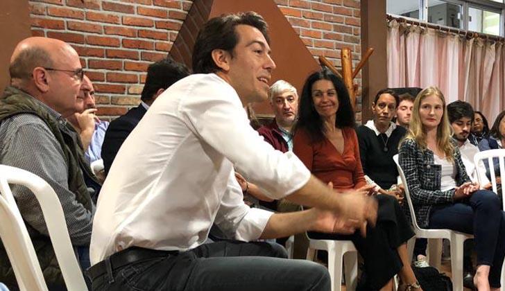 Juan Sartori con vecinos.