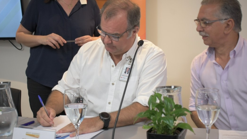 Christopher Jones, CEO del Grupo Ta-Ta, firma el convenio de capacitación laboral con INEFOP.