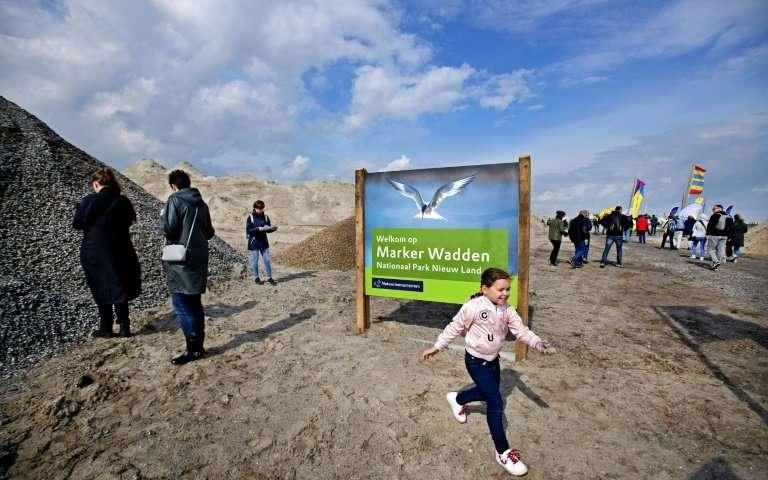 Tres observatorios de aves de madera han sido construidos en la isla principal.