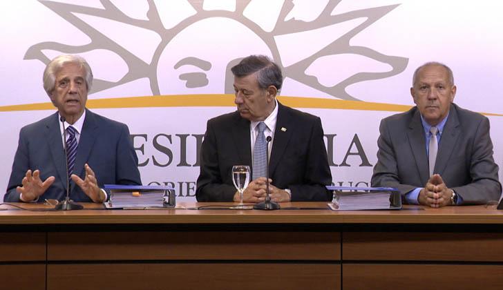 Conferencia de prensa. Presidente de la República, Tabaré Vázquez; canciller, Rodolfo Nin Novoa; y secretario de Presidencia, Miguel Ángel Toma.