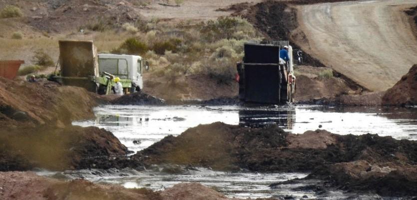 Residuos del fracking de la cuenca de esquisto Vaca Muerta en Argentina, que se tiran a un pozo al aire libre. Foto: Greenpeace