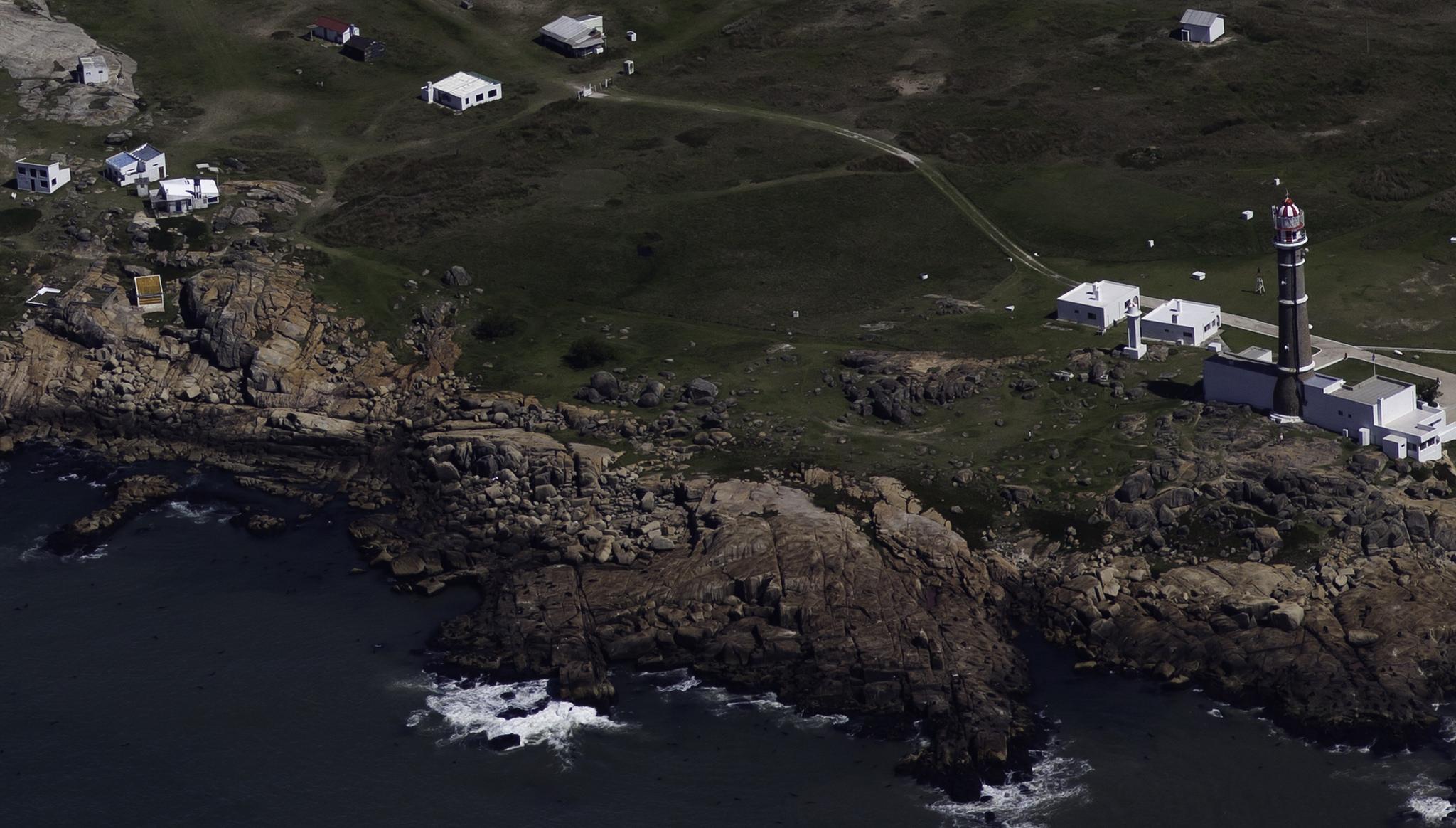 Vista aérea del faro de Cabo Polonio y algunas casas del área rocosa de la costa. Foto: Jimmy Baikovicius / Flickr
