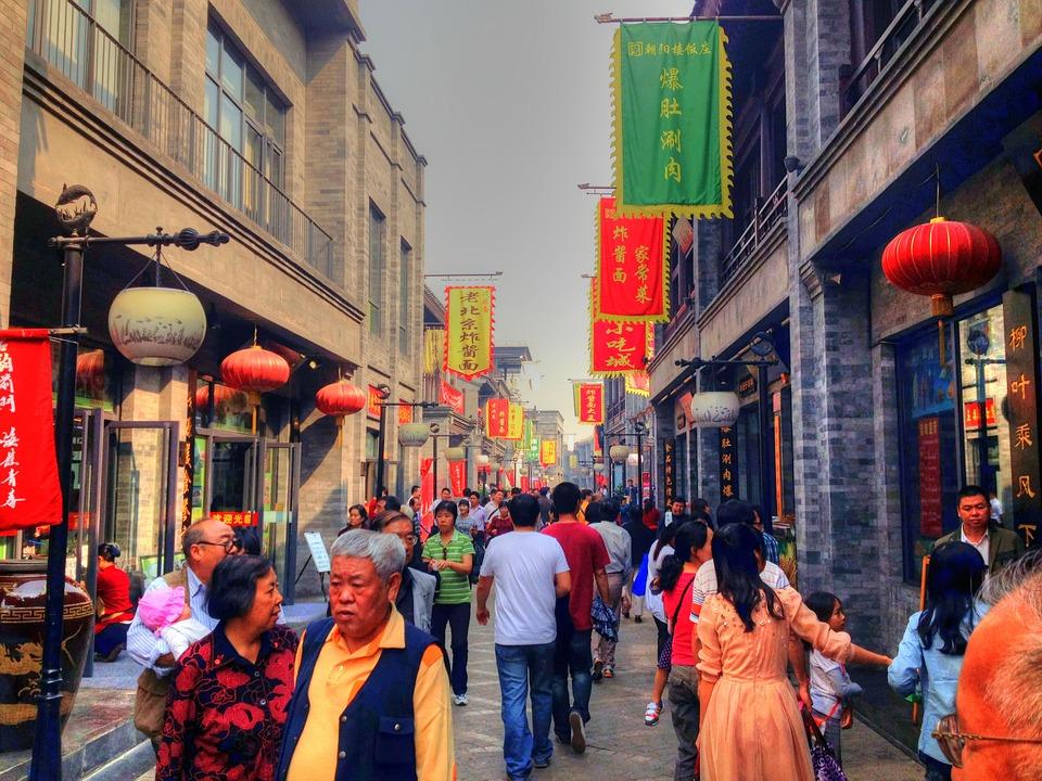 Cientos de personas caminan por una popular calle comercial de Beijing, capital de China. Foto: Pixabay
