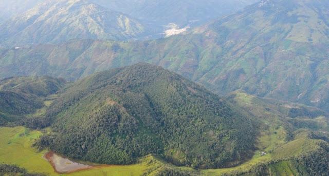 Cajamarca está incrustada en medio de la selva tropical colombiana y podría ser destruida por una gran mina a cielo abierto. Foto cortesía de inhabitat.com