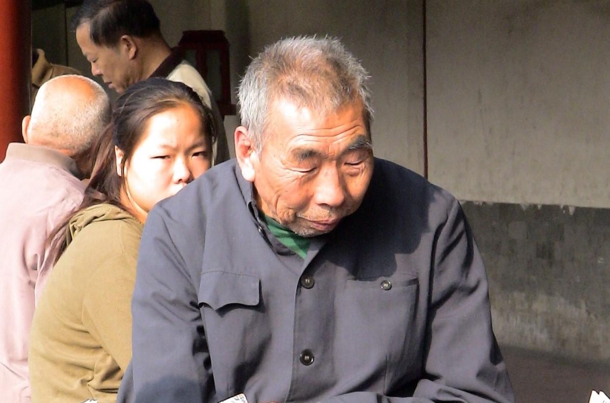 Una joven toma sol junto a varios ancianos en el parque Tiantian, en Beiking. Foto: Pixabay