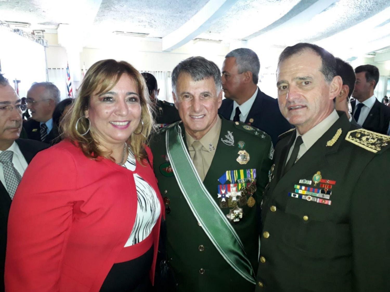 De izquierda a derecha: Irene Moreira, edila nacionalista y esposa de Manini Ríos; Edson Leal Pujol, nuevo comandante del Ejército brasileño; Guido Manini Ríos, comandante del Ejército uruguayo.