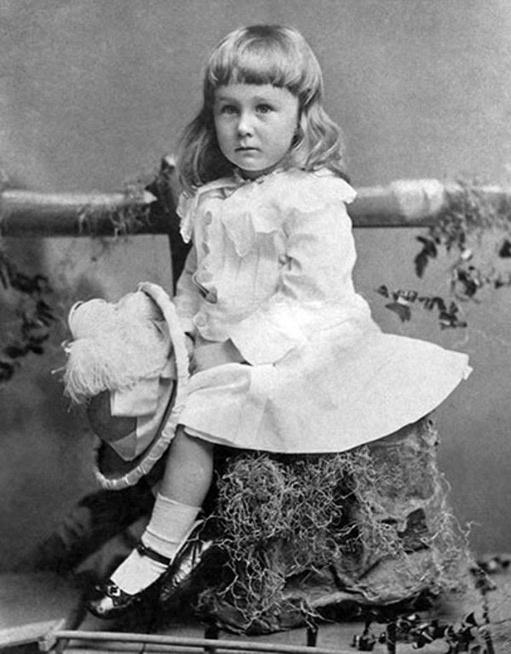 Franklin D. Roosevelt, 32º Presidente de EE.UU., vestido de rosa en 1884