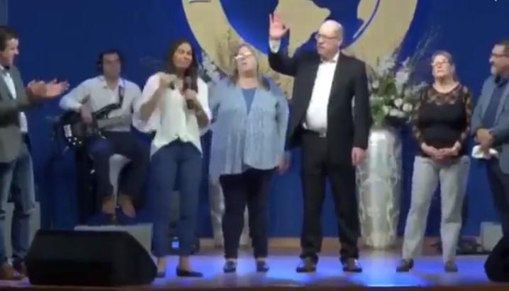 A la izquierda Verónica Alonso en la imagen, Álvaro Dastugue aplaude