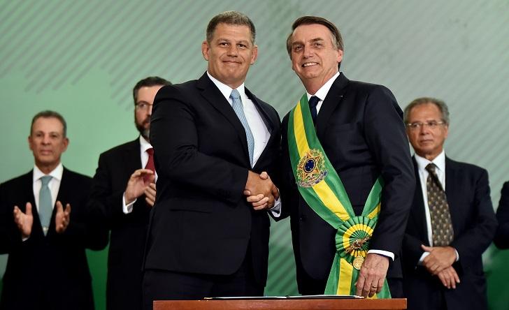 Gabinete de Bolsonaro sufre primera dimisión tras escándalo por financiamiento de campaña