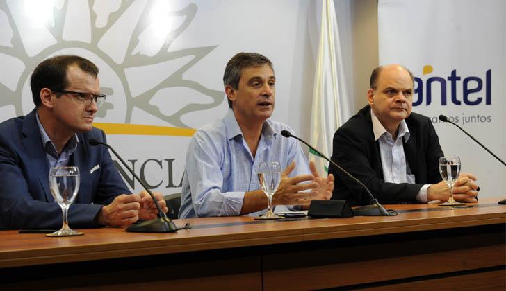 Ministro de Industria, Guillermo Moncecchi; director de la Oficina de Planeamiento y Presupuesto, Álvaro García; y presidente de ANTEL, Andrés Tolosa. Foto: Presidencia de la República.