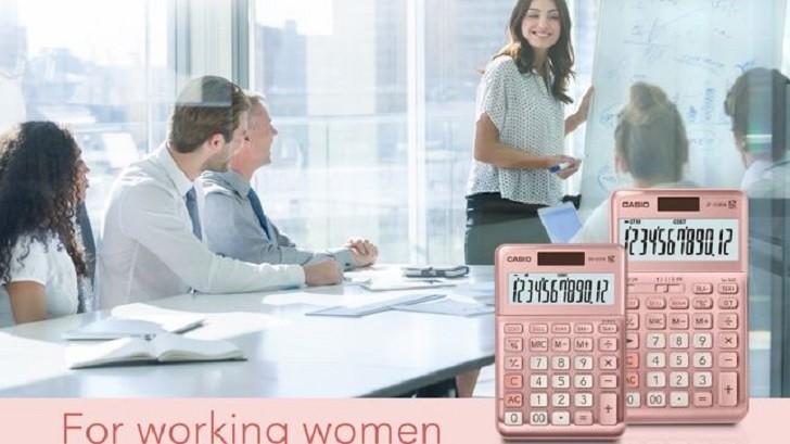 """Casio lanzó calculadoras rosas para que """"las mujeres tengan una mejor experiencia en su entorno de trabajo""""."""
