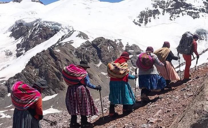 """Las """"cholitas escaladoras"""" llegaron a la cumbre más alta de América"""