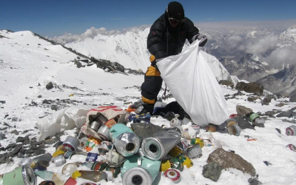 Un sherpa pone basura dentro de una bolsa en el campamento base chino. Foto: Namgyal Sherpa/AFP/Getty
