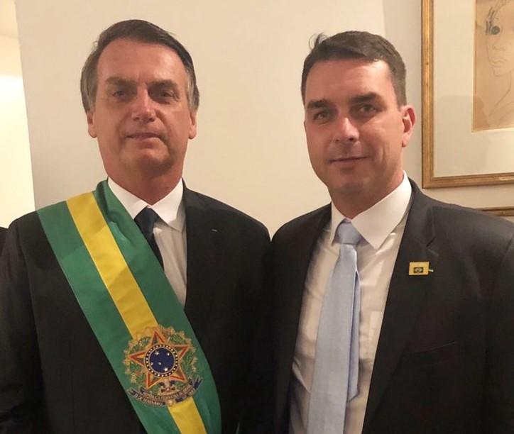 Flavio Bolsonaro (der.) posa con su padre, el presidente de Brasil Jair Bolsonaro. Foto: Twitter/FlavioBolsonaro