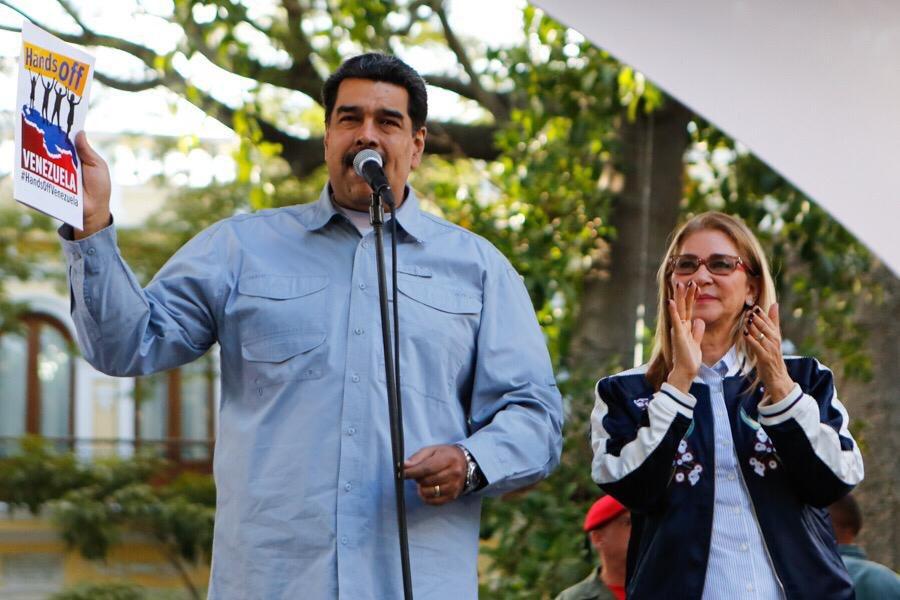"""Maduro sostiene una copia de la declaración """"Hands Off Venezuela"""", que pretende enviar un mensaje a los Estados Unidos. Foto: Twitter/NicolasMaduro"""