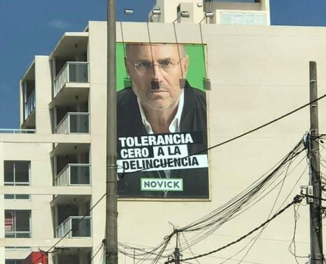 Uno de los carteles de Edgardo Novick colocados en Montevideo