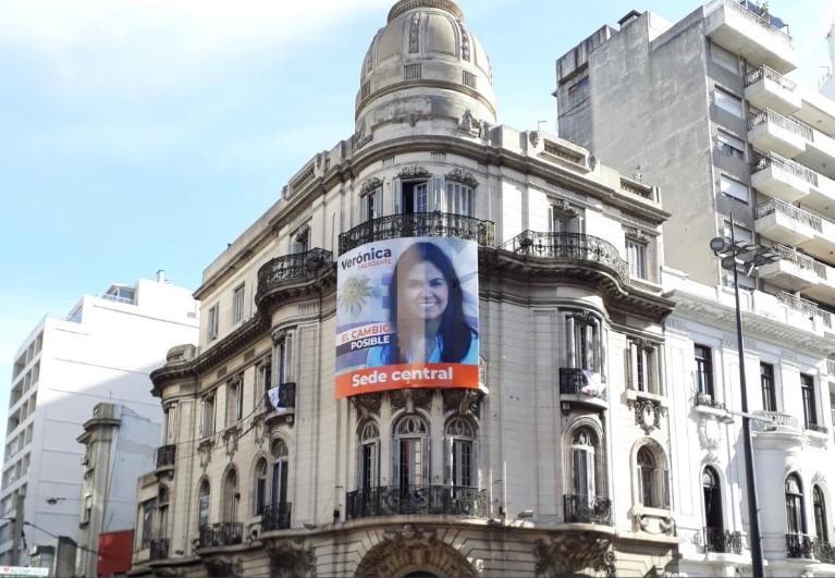 Foto tomada en diciembre en la sede central de campaña de Verónica Alonso, ubicada en 18 de Julio. En esta avenida no se puede colocar cartelería política. Foto: Twitter/Alfo_Rodriguez