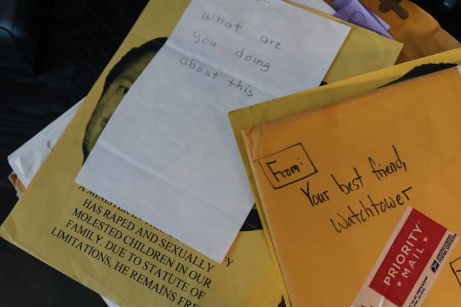 Algunos de los sobres que O'Donnell tiene en su poder y que forman parte de su investigación sobre encubrimiento de abusos sexuales por parte de los Testigos de Jehová. Foto: Lexey Swall / The Atlantic