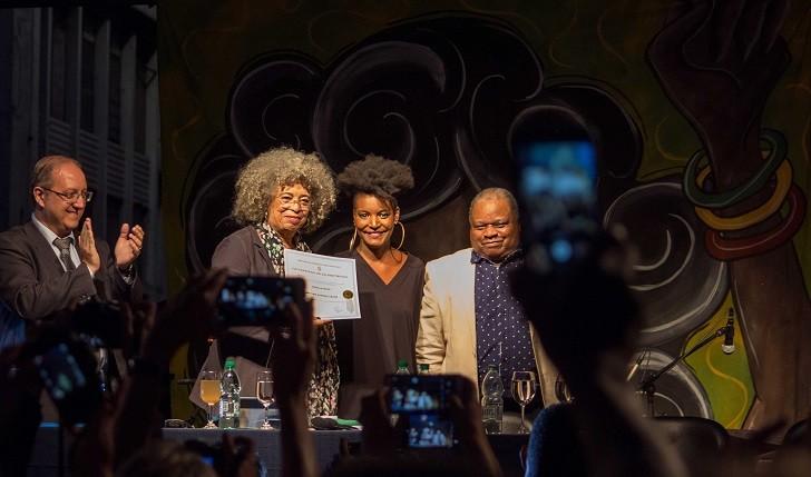 La Universidad de la República entregó título Honoris Causa a Angela Davis. Foto: Camila Cardoso