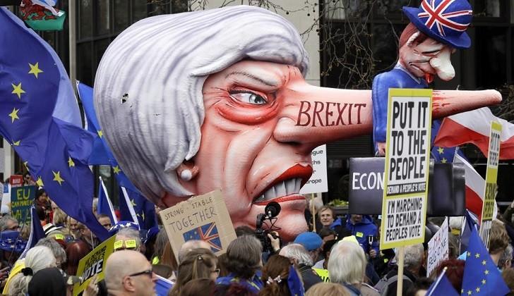 Miles de británicos piden en Londres un segundo referéndum del Brexit.