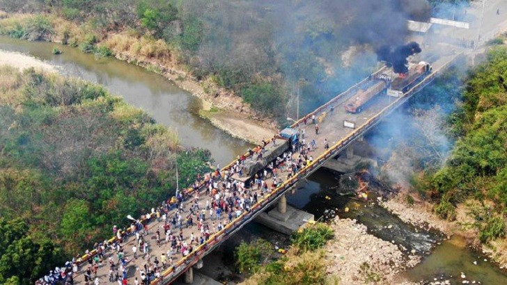 """The New York Times revela que el fuego en los camiones de """"ayuda humanitaria"""" lo inició la oposición"""