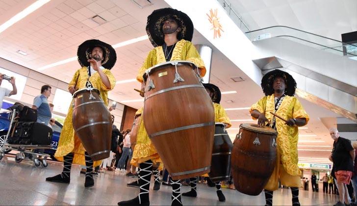 Los turistas fueron recibidos por una comparsa de candombé en el aeropuerto de Carrasco.