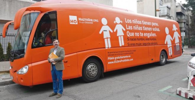 El presidente de Hazte Oír, Ignacio Arsuaga, junto al autobús tránsfobo. Foto cortesía de EFE