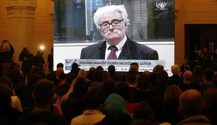 El ex líder serbiobosnio, Radovan Karadzic, fue condenado a cadena perpetua .