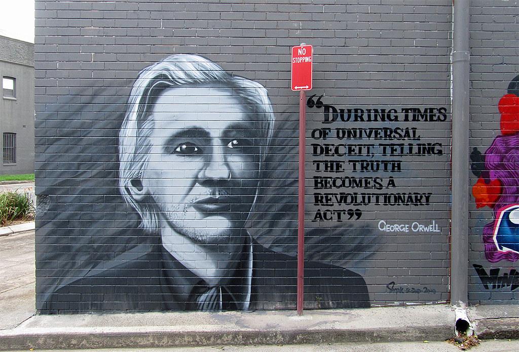 """""""Durante tiempos de engaño universal, decir la verdad se convierte en un acto revolucionario"""", reza una frase de George Orwell al lado de un graffiti de Julian Assange. Foto: Newtown grafitti"""