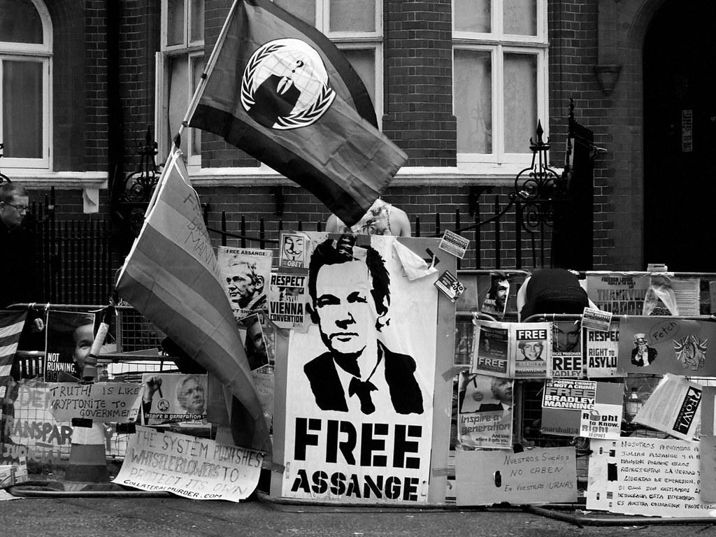 Protestas por la liberación de Julian Assange frente a la embajada de Ecuador en Londres. Foto de archivo: Flickr / Marshall24