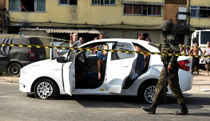 Acribillan soldados a civil en Brasil