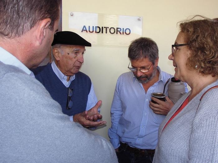 Pablo y Artigas Barrios con Joaquín Marqués, director regional del CURE, y Mercedes Rivas, directora del Departamento de Sistemas Agrarios y Paisanes Culturales del CURE