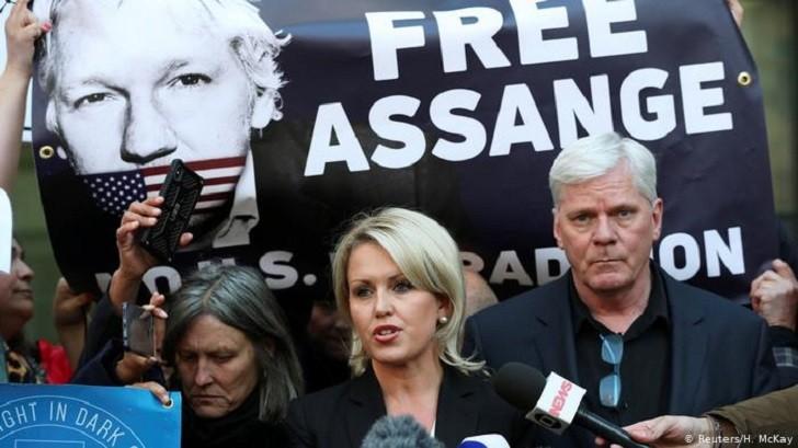 """Abogada de Assange: """"Ecuador lo acusa de mala conducta para justificar el acto ilícito de su arresto""""."""